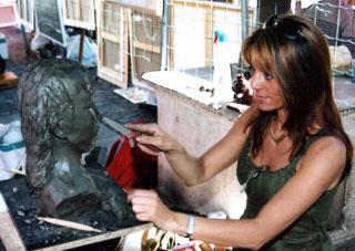 phot Isabelle Huard sculptant un buste.
